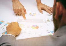 Ludzie biznesu analityk drużyny podczas dyskutować pieniężnego przegląd, punktu palec przy wykresu dokumentem po dużego szefa, vi Zdjęcie Stock