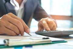 Ludzie biznesu analizują wykresu dane z laptopami i ca Zdjęcia Stock