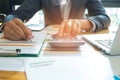 Ludzie biznesu analizują wykresu dane z laptopami i ca Fotografia Stock