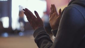 Ludzie biznesu aplauzu przy spotkania closse w górę widok ręki zdjęcie wideo