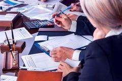Ludzie biznesu biurowego życia drużynowi ludzie pracuje z papierami Zdjęcia Stock