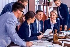 Ludzie biznesu biurowego życia drużynowi ludzie są szczęśliwi z papierem Obrazy Stock