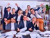 Ludzie biznesu biurowego życia drużynowi ludzie są szczęśliwi z ręką up Obrazy Royalty Free