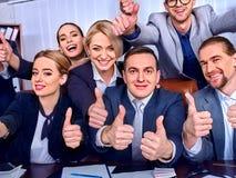 Ludzie biznesu biurowego życia drużynowi ludzie są szczęśliwi z kciukiem up Zdjęcie Stock