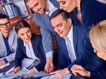 Ludzie biznesu biurowego życia drużynowi ludzie są szczęśliwi z papierem Obraz Stock