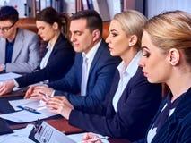 Ludzie biznesu biurowego życia drużynowi ludzie są szczęśliwi z papierem Fotografia Stock