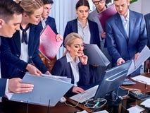Ludzie biznesu biurowego życia drużynowi ludzie są szczęśliwi z papierem Zdjęcie Stock