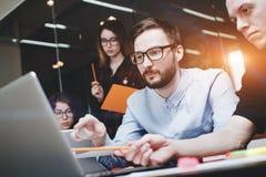 Ludzie biznesu brainstorm pojęcia Rodzajowy projekta notatnik na drewno stole, papiery, dokumenty Drużyna biznesmeni myśleć ove Obraz Stock