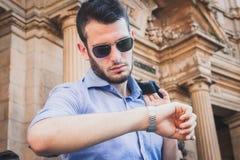 Ludzie biznesu brali udział natychmiast motłochu w Mediolan, Włochy obraz royalty free