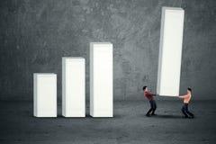 Ludzie biznesu buduje wykres fotografia stock