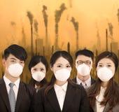 Ludzie biznesu byli ubranym maskę z zanieczyszczenia powietrza tłem Zdjęcia Royalty Free
