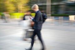 Ludzie biznesu chodzi na ulicie przeciw bank anglii ścianie Obraz Royalty Free