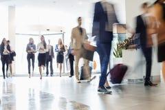 Ludzie biznesu chodzi przy convention center zdjęcie stock