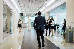 Ludzie biznesu chodzi w biurowym korytarzu, ludzie biznesu C Zdjęcia Royalty Free