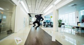 Ludzie biznesu chodzi w biurowym korytarzu, ludzie biznesu C Zdjęcie Royalty Free