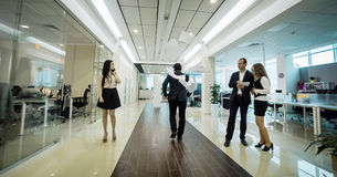 Ludzie biznesu chodzi w biurowym korytarzu, ludzie biznesu C Obrazy Stock