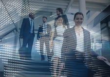 Ludzie biznesu chodzi w dół schodki z mapy grafiki narzutą Obrazy Stock