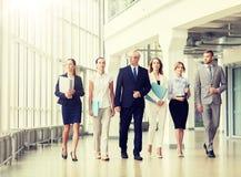 Ludzie biznesu chodzi wzd?u? budynku biurowego zdjęcia stock