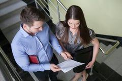 Ludzie biznesu czyta dokument wpólnie zdjęcia stock