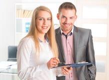 Ludzie biznesu czyta dokument wpólnie obrazy stock