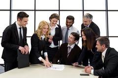 Ludzie biznesu dyskutować biznesowy pomysł obraz stock