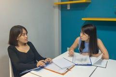 Ludzie biznesu dyskutują do siebie o pieniężnym raporcie zdjęcia stock