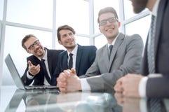 Ludzie biznesu dyskutuje biznesowych zagadnienia, siedzi przy biurkiem zdjęcia stock