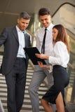 Ludzie biznesu dyskutuje dokumenty i pomysły kobieciarz kawowa biznesowej megafonu zespołu Obrazy Stock