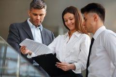 Ludzie biznesu dyskutuje dokumenty i pomysły kobieciarz kawowa biznesowej megafonu zespołu Obraz Stock
