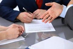 Ludzie biznesu dyskutuje kontrakt Zakończenie up męska ręka wskazuje papier Obrazy Stock