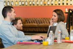 Ludzie biznesu dyskutuje nowego projekt w sklep z kawą fotografia stock