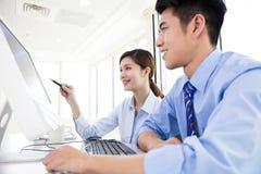Ludzie biznesu dyskutuje plan w biurze Obrazy Stock