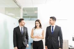 Ludzie Biznesu Dyskutuje Podczas gdy Chodzący Wpólnie W biurze obrazy royalty free