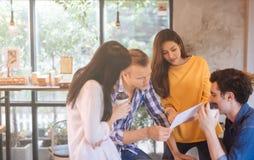 Ludzie biznesu dyskutuje pomysły w biurowym pracy zespołowej brainstorming spotkania czytania dokumentu pojęciu obrazy royalty free