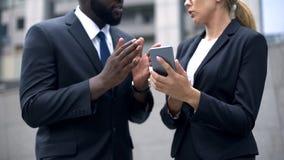 Ludzie biznesu dyskutuje rozpoczęcie z kolegami przez telefonu, online konferencja zdjęcia royalty free