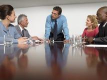 Ludzie Biznesu Dyskutuje W sala konferencyjnej obraz royalty free