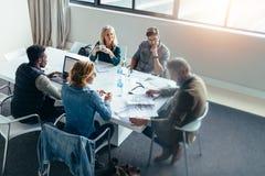 Ludzie biznesu dyskutuje w spotkaniu przy biurem obraz stock