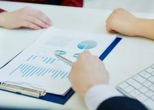 Ludzie biznesu dyskutuje wykresów dane i analizuje przy spotkaniem Właśnie ręki przy stołem zdjęcia stock