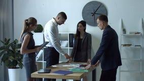 Ludzie biznesu dyskutuje wykresy przy spotkaniem zbiory wideo