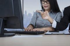 Ludzie biznesu dyskutuje zadanie w biurze Obraz Stock