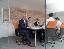 Ludzie biznesu grupują brainstorming na spotkaniu Obrazy Royalty Free