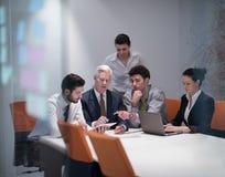 Ludzie biznesu grupują na spotkaniu przy nowożytnym początkowym biurem Zdjęcia Stock