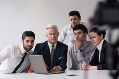 Ludzie biznesu grupują na spotkaniu przy nowożytnym początkowym biurem Fotografia Royalty Free