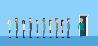 Ludzie Biznesu Grupują obsiadanie W Kreskowym kolejki drzwi ilustracja wektor