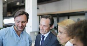 Ludzie biznesu grupują opowiadać podczas spotkania w biurze, profesjonalista drużyna dyskutuje pomysł mieszanki szczęśliwej uśmie zdjęcie wideo