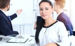 Ludzie Biznesu grupują przy spotkaniem w biurze Ostrość przy pięknym rozochoconym uśmiechniętym bizneswomanem Konferencja, korpor obrazy royalty free