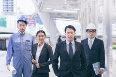 Ludzie biznesu grupują zarządzania konsultować z, Zespalają się i budowa inżyniera architektem i sekretarką pracuje z zbawczym ka Obrazy Royalty Free