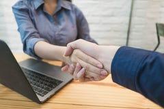 Ludzie biznesu handshakeing w biurze Partnera biznesowego przeciw obraz royalty free