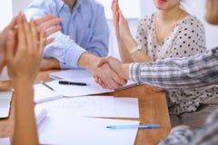 Ludzie biznesu handshaking wykończeniowego up spotkania, zamykają up fotografia royalty free
