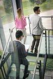 Ludzie biznesu iść pracować Ludzie biznesu chodzi na schodku Zdjęcie Royalty Free